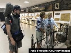 Ірина Лобанова проводиться екскурсію у Музеї первісного мистецтва Національного історико-археологічного заповідника «Кам'яна Могила»