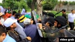 Акция протеста у здания посольства Ирана в Душанбе