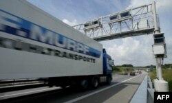 Сборы за проезд грузовых автомобилей по немецким дорогам, введенные с 2005 года, приносят казне примерно 4,5 млрд евро в год.