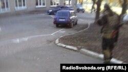 Бойовик на подвір'ї 96-ї школи у Донецьку