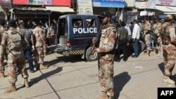 Карачи көшесінде тұрған полиция өкілдері. Пәкіс тан, 20 сәуір 2016 жыл. (Көрнекі сурет.)