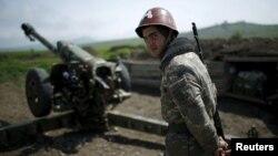 ԼՂ ՊԲ զինծառայողը շփման գծում, ապրիլ, 2016թ.