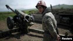 Լեռնային Ղարաբաղ - Պաշտպանության բանակի զինծառայողը Մարտունի քաղաքի մատույցներում, ապրիլ, 2016թ․