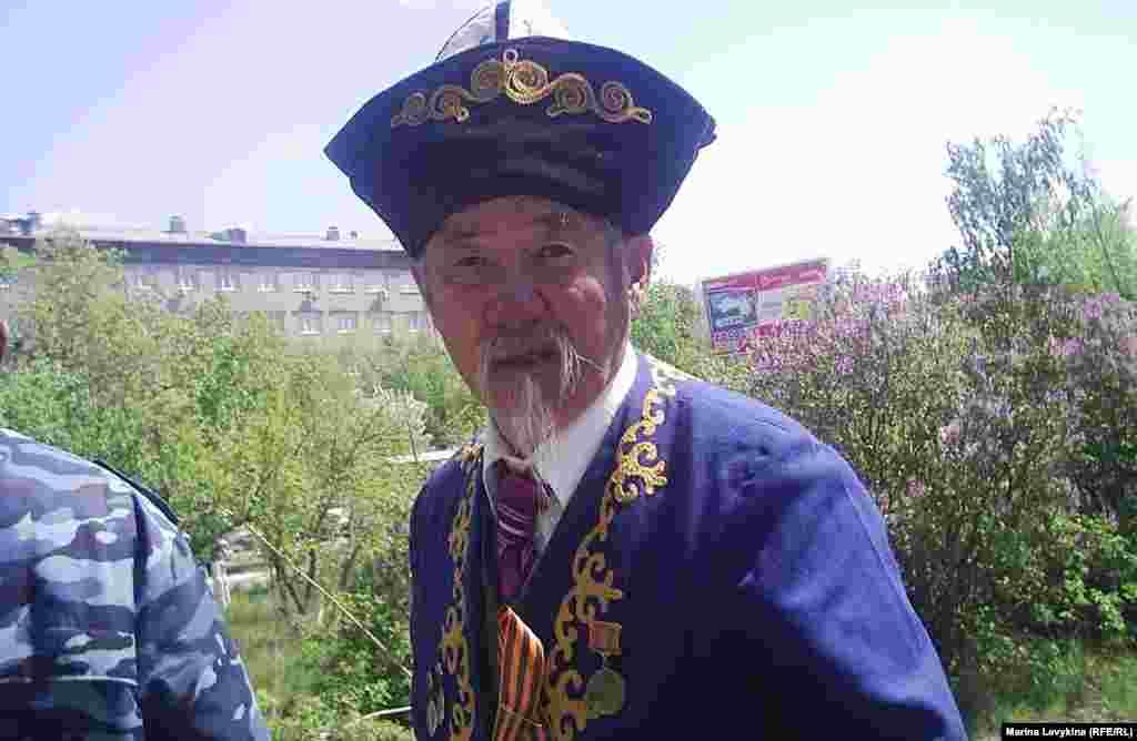 Аксакал-ветеран войны в казахском чапане с медалями гуляет в сквере Победы. Семей, 9 мая 2012 года.
