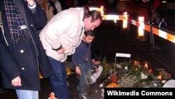 Amsterdamlılar rejissor van Gogh-un öldürüldüyü yerə gül-çiçək düzür...
