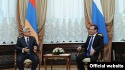 Встреча президента Армении Сержа Саргсяна (слева) с премьер-министром России Дмитрием Медведевым, Москва, 15 мая 2012 г. (фотография - пресс-служба президента Армении)