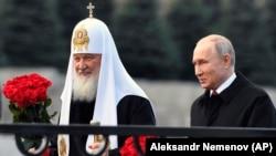 Rusiya Prezidenti Vladimir Putin və Patriarx Kirill (solda)