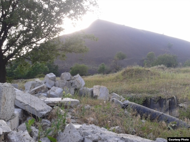 Разрушенная насосная станция возле террикона шахты имени Киселева
