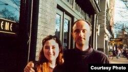Натали, эмигрантка из Боснии, вместе с братом в Сиэтле, 2001 год. Фото из личного альбома.