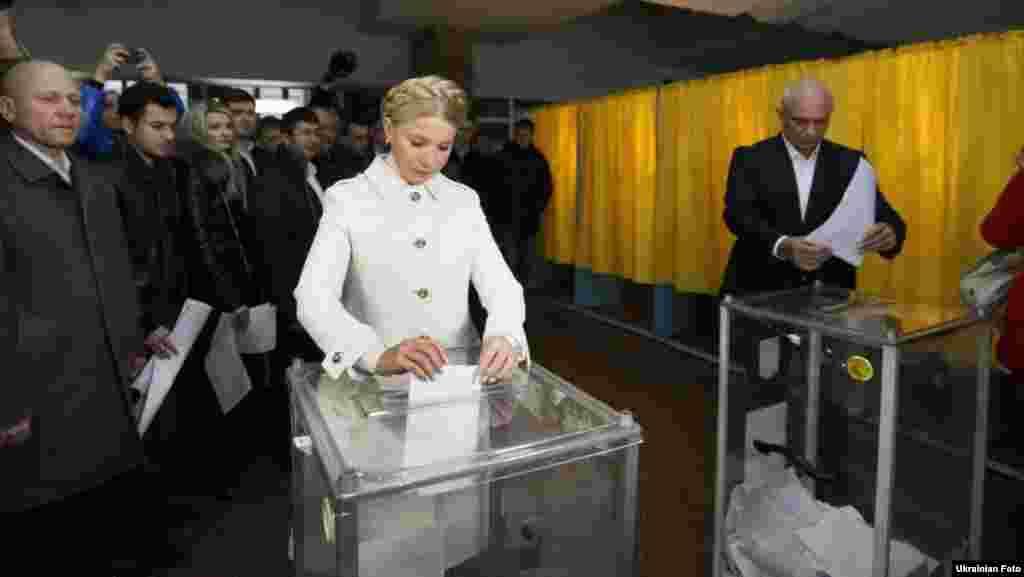 Лідер ВО «Батьківщина» Юлія Тимошенко разом з чоловіком Олександром проголосувала на виборчій дільниці в Дніпропетровську. 25 жовтня 2015 року
