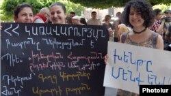 Акция протеста перед зданием правительства (архив)