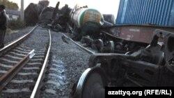 Сошедшие с рельсов грузовые вагоны. Иллюстративное фото.