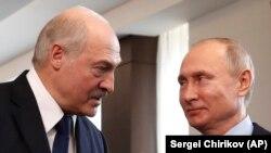 Prezident Aleksandr Lukaşenko rus kärdeşi Wladimir Putin bilen gürleşýär. Soçi, 15-nji fewral, 2019.