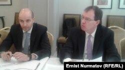 Кристиан Жос (справа) и представитель МВФ в КР Тигран Погосян (слева). Бишкек, 19 марта.