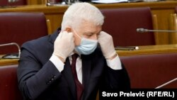 Premijer Crne Gore Duško Marković sa zaštitnom maskom na skupštinskoj sednici