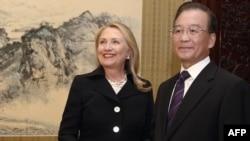 Клинтон хоним хитойлик ҳамкасби билан.