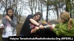 Облиті дівчата у Шевченківському гаю, Львів, 16 квітня 2012 року