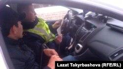 Кыргыз айдоочусу жана полиция кызматкери (Орусия)