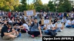 Protestuesit para parlamentit, Beograd.