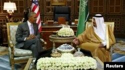 АҚШ президенті Барак Обама Сауд Арабиясы королі Салман бен Әбдел Әзиз әл-Саудпен кездесіп отыр. Эр-Рияд, 20 сәуір 2016 жыл.