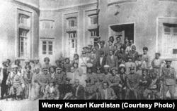 گروهی از پیشمرگههای کرد در کنار فدائیان آذربایجانی
