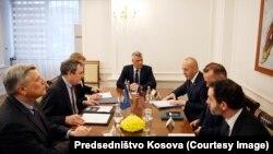 Përfaqësuesit e lartë të Këshillit Kombëtar të Sigurisë së Shteteve të Bashkuara të Amerikës, John Erath dhe Brad Berkley, gjatë takimit me presidentin dhe kryeministrin e Kosovës, Hashim Thaçin dhe Ramush Haradinajn.