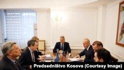 Američki zvaničnici Džon Erat i Bred Brekliu razgovoru sa predsednikom Kosova Hašimom Tačijem i premijerom Ramušom Haradinajem
