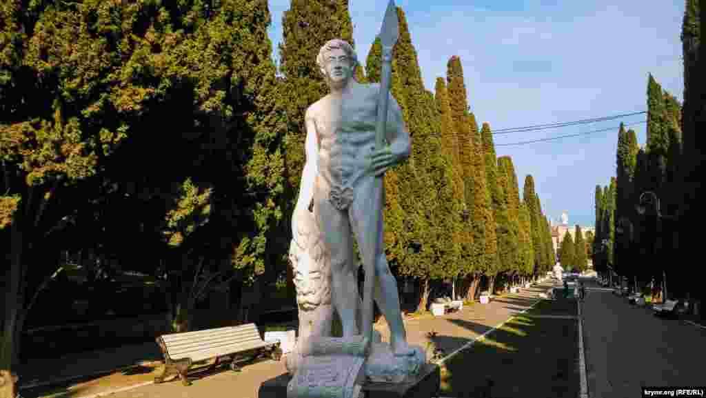 Кипарисовая аллея или аллея Аполлонов ‒ одна из достопримечательностей Симеиза