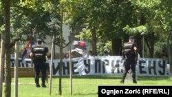 Manja grupa mlađih ljudi protestovala je u blizini održavanja parade
