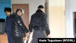Собственника и редактора оппозиционного портала Nakanune.kz Гузяль Байдалинову уводят в наручниках полицейские после решения суда о ее аресте. Алматы, 28 декабря 2016 года.