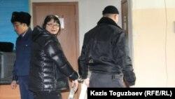 Журналист Гузял Байдалинованы Алмалы аудандық сотына қолына кісен салып әкелді. Алматы, 26 желтоқсан 2015 жыл.