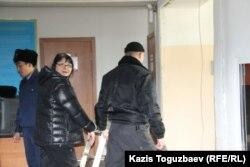 Журналист Гузяль Байдалинова доставлена в Алмалинский районный суд. Алматы, 26 декабря 2015 года.