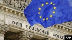 ԵՄ դրոշը Գերմանիայի խորհրդարանի շենքի՝ Ռայխսթագի դիմաց, արխիվ