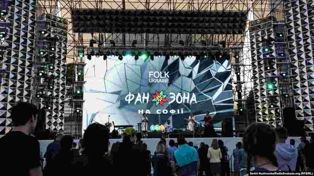 Фан-зона на Софійській площі друга за величиною. У ній заплановані щоденні виступи українських артистів та учасників різних талант-шоу, для дітей і дорослих буде безліч інших розваг