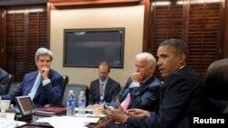 Pamje e një takimi të mëparshëm të presidentit Obama (i pari djathtas) me zëvendëspresidentin Joe Biden (afër tij) dhe sekretarin e shtetit John Kerry (i pari majtas)