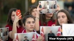 Протест на учениците на учителите од Приштина кои како ѓуленисти беа предадени од Коцово во Турција
