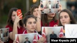 Petoro deportovanih bili su radnici škola Mehmet Akif (Foto: Učenici Mehmet Akif koledža sa fotografijama uhapšenih)