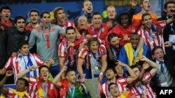 بازیکنان اتلتیکو مادرید قهرمانی خود را جشن می گیرند.