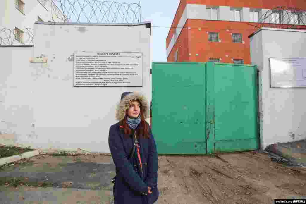 Жонка Сьвятлана чакае Паўла каля турмы на Акрэсьціна. Кастрычнік 2014 году.
