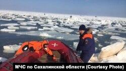 Спасение рыбаков с отколовшейся льдины на Сахалине. Фото МЧС.