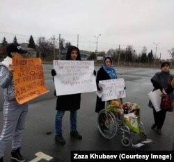Митинг во Владикавказе 4 декабря 2018 г. за повышение пособий по уходу за детьми-инвалидами. Залина Дудуева – вторая справа