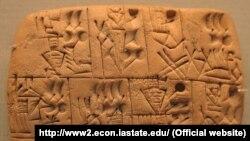 لوحی که منقش به خط تصویری است و در موزه بریتانیا نگهداری میشود؛ مردانی که آبجو در دست دارند و گمان میرود در ازای کار آبجو دریافت میکردهاند