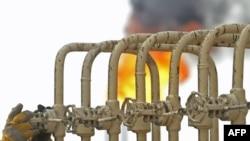 A flare burns at Iran's North Rumaila oil field. (file photo)