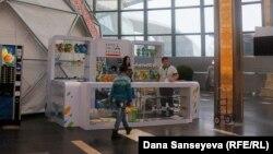 """Астанада """"Expo"""" көргөзмөсүнүн сувенирлери сатылган жер. 18-ноябрь, 2017-жыл."""