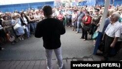 Анатоль Шумчанка прамаўляе на ждановіцкім рынку