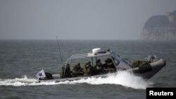 دو کره در دریای زرد خط مرزی دارند که کره شمالی آن را به رسمیت نمیشناسد. در سال ۲۰۱۰ در پی پرتاب موشک کره شمالی به جزیره همسایه جنوبی در این منطقه، ۴ نفر کشته شدند