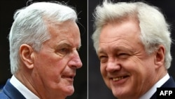 Michel Barnier stg.) și ministrul britanic David Davis