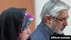 میرحسین موسوی و زهرا رهنورد از پنج سال پیش بدون محاکمه در حصرخانگی به سر میبرند.