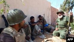Группа повстанцев, участвующих в операции на подступах к Сирту