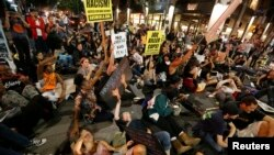 Демонстрация в Лос-Анджелесе против оправдания полицейского, застрелившего чернокожего юношу в Фергюсоне (26 ноября 2014 года)